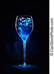 erstaunlich, blaues, cocktail, mit, eiswürfel, in, hoch,...