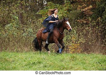 erstaunlich, m�dchen, mit, pferd, rennender , ohne, zaum,...