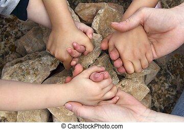 erwachsener, und, chilcren, halten hände, steinkreis