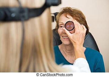 esaminare, anziano, donna, occhio, ottico