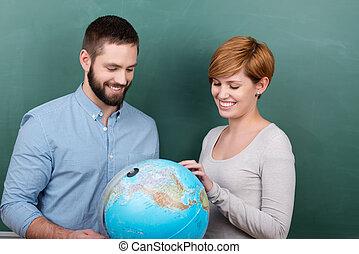 esaminare, insieme, globo, contro, insegnanti, lavagna