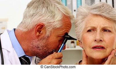 esaminare, pazienti, suo, dottore, orecchie