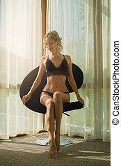 esbelto, loiro, janela, na moda, modernos, senta-se, renda, roupa interior, poltrona, mulher, bonito