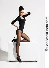 esbelto, mujer, con, caliente, piernas, posar, en, cubo,...