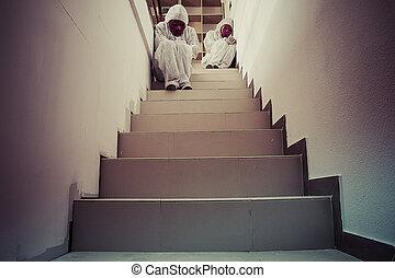 escadas, conceito, pesadelo, máscara, vestido branco, vermelho, homem
