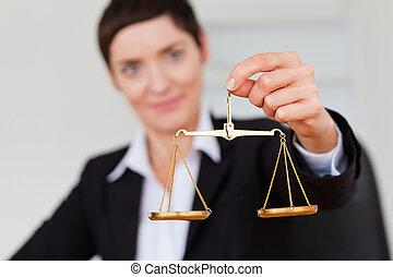 escala, justicia, tenencia, mujer de negocios, serio