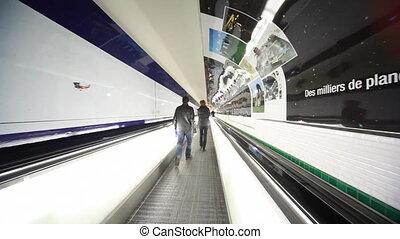 escalator, gens, rapidement, volonté, aéroport, par, couloir, aller