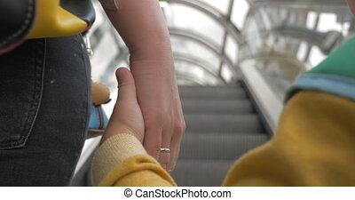 escalator, mère, fils, quoique, tenant mains, équitation