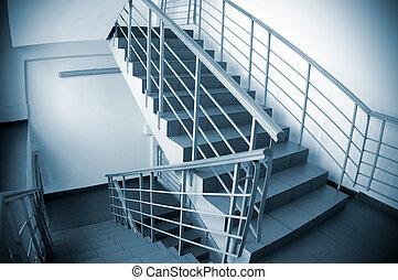 escalera, en, edificio de oficinas
