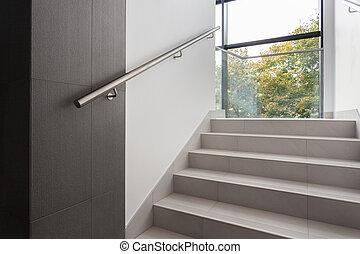 escaleras, en, edificio de oficinas