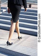 escalier, femme affaires, marche