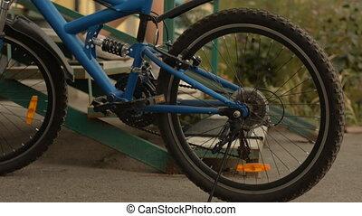 escalier, femme, vélo, descends, conduit