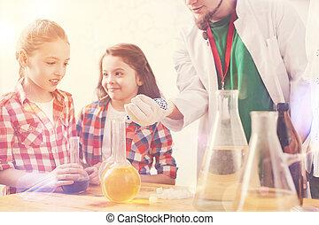 escola brinca, observar, laboratório, seu, experiência, professor, surpreendido