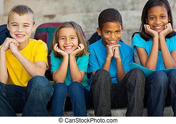 escola primária, crianças, sentando, ao ar livre