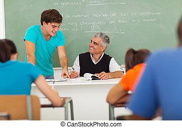 escola secundária, ajudando, estudante, educador, sênior