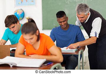 escola secundária, ajudando, estudante, sênior, professor