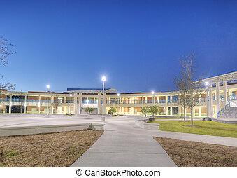escola secundária, pátio, à noite
