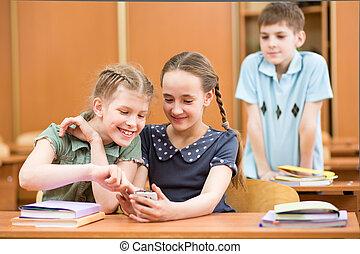 escolares, con, teléfonos celulares, en, aula