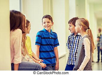 escolares, grupo, hablar, pasillo, sonriente