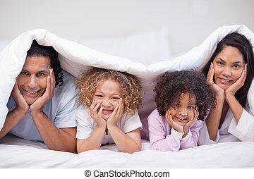 escondendo, cobertura, cama, família, sob