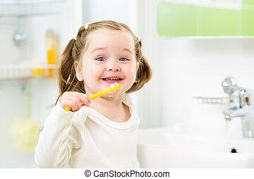 escovar, banheiro, dentes, menina sorridente, criança