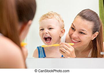 escovar, ensinando, dentes, mãe, criança