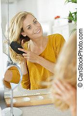 escovar, mulher, dela, cabelo, espelho, frente, loiro