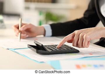 escritório executivo, calculadora, calculando, mãos