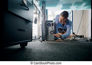 escritório, jovem, pc, conectando, cabos, secretária