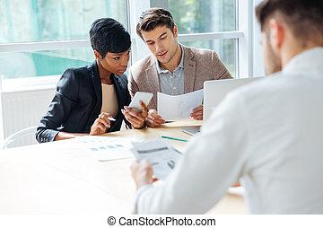 escritório, modernos, businesspeople, tabela, reunião, tendo