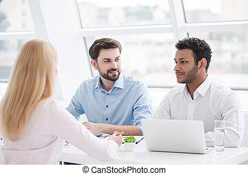 escritório, modernos, jovem, sessão, brainstorming, coworkers, tendo