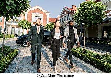 escritório, mulher africana, caucasiano, fundo, dinâmico, edifícios, homem preto, pressa, negócio, ao ar livre, modernos, reunião, equipe, car