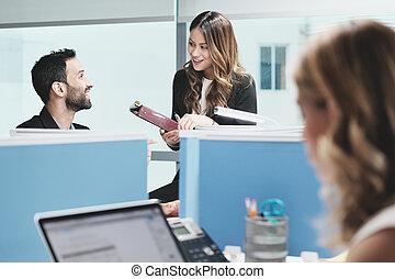 escritório negócio, pessoas, coworking, coworkers, reunião, falando