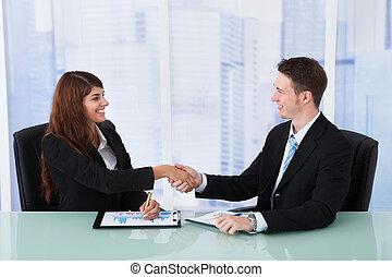 escritório negócio, pessoas, escrivaninha, mãos sacudindo