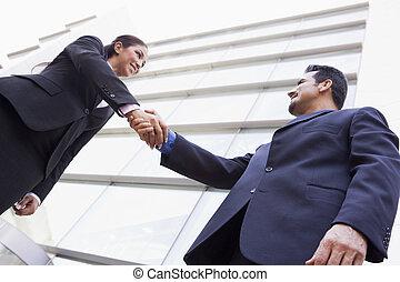 escritório negócio, pessoas, exterior, mãos sacudindo