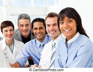 escritório, negócio, sentando, confiante, retrato equipe,...