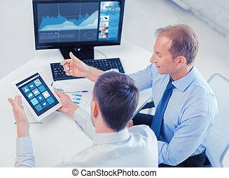 escritório, pc tabela, aplicações, homens negócios, usando