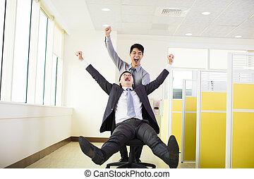 escritório, pessoas negócio, divertimento, tendo, feliz