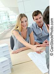 escritório, real-estate, par, agente, passe sacudir