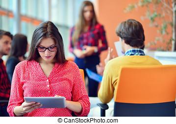 escritório, tabuleta, pessoas, startup, jovem, digital, reunião