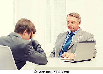 escritório, velho, jovem, argumento, tendo, homem