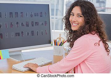 escritorio, sonriente, ella, redactor