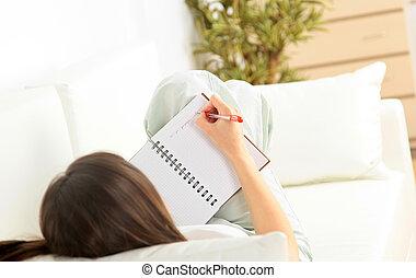 escritura mulher, jovem, retrato, sorrindo, sofá, mentindo, documentos