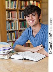 escrivaninha, enquanto, sorrindo, estudante, sentando