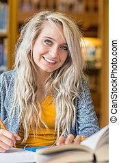escrivaninha, femininas, sorrindo, estudante, biblioteca, sentando