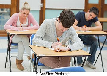 escrivaninhas, escrita, estudantes, sala aula