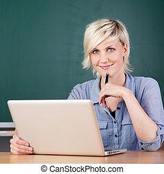 escuela, computador portatil, joven, utilizar, sonriente, profesor