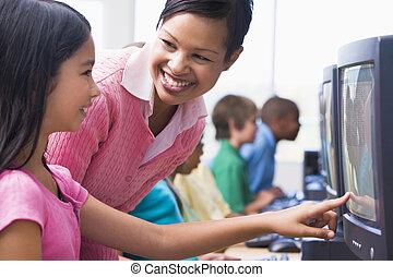 escuela primaria, clase de la computadora