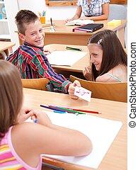 escuela primaria, niño, dar, adore carta, a, el suyo, colega