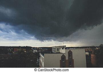 escuro, cidade, sobre, nuvens, tempestade